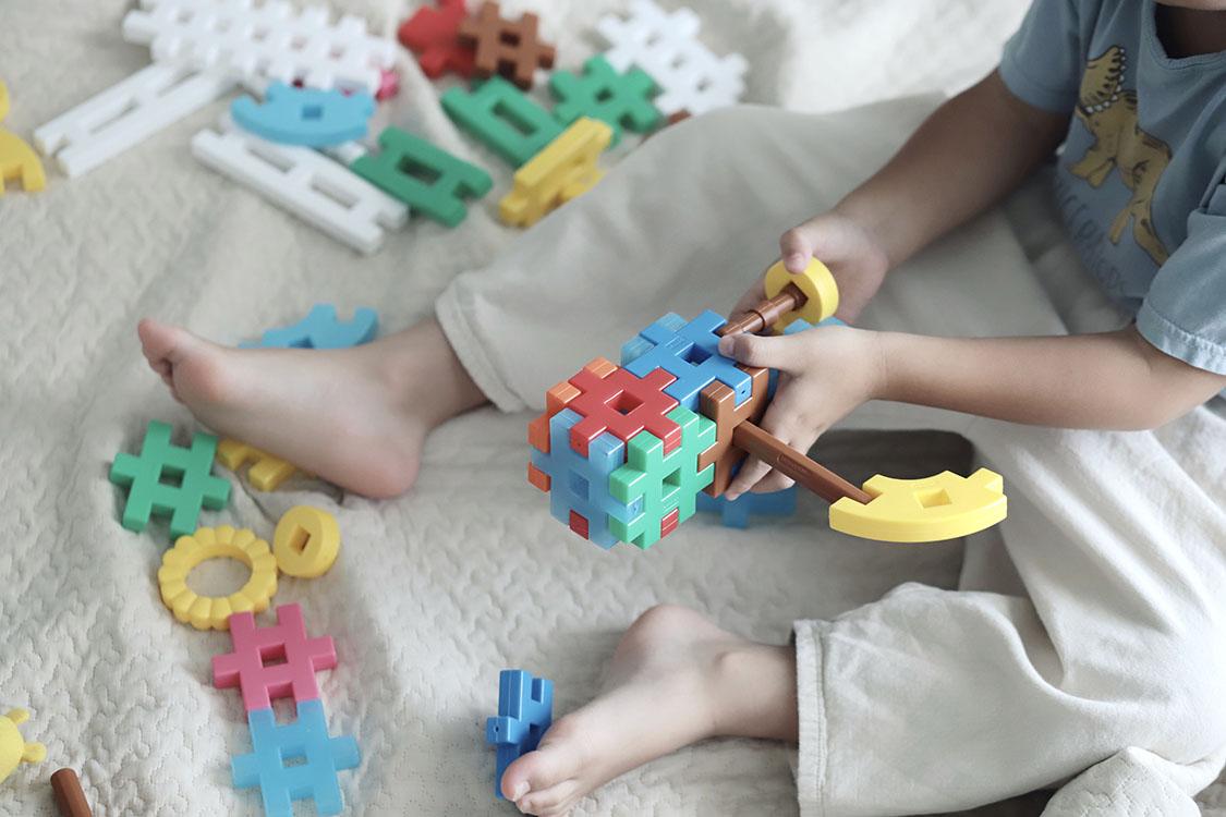 知育玩具は手で触って動かすのが特徴