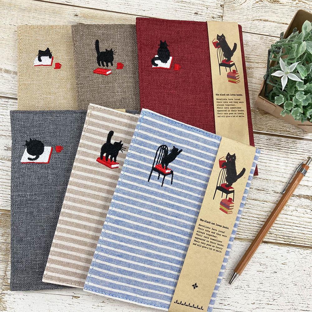 本とたわむれるかわいい黒猫の刺繍が入った『With BOOKS』シリーズからブックカバー発売!